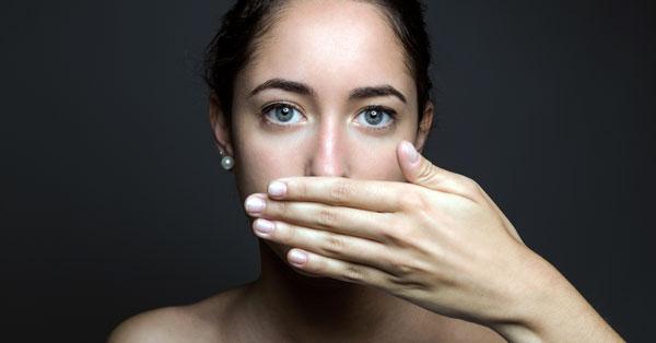 lány szájszaga)